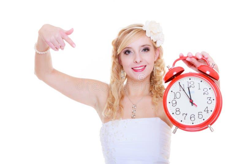 Vrouwenbruid die grote rode klok houden royalty-vrije stock afbeeldingen