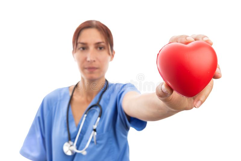 Vrouwencardioloog die rode hartvorm houden stock foto