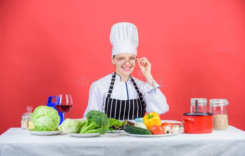 Vrouwenchef-kok die gezond voedsel koken Culinair schoolconcept Het wijfje in schort kent alles over culinair art. culinair royalty-vrije stock fotografie