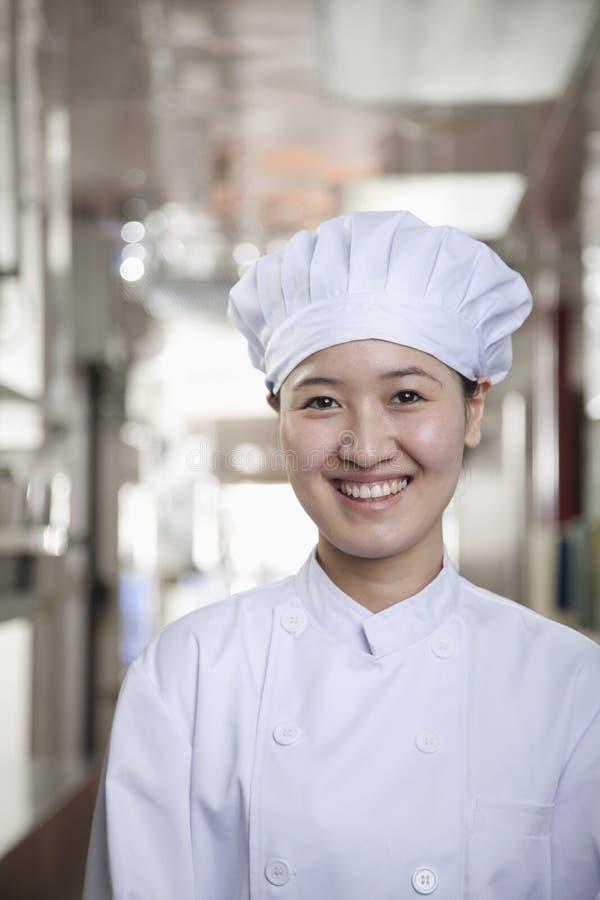 Vrouwenchef-kok in Haar Keuken royalty-vrije stock afbeeldingen