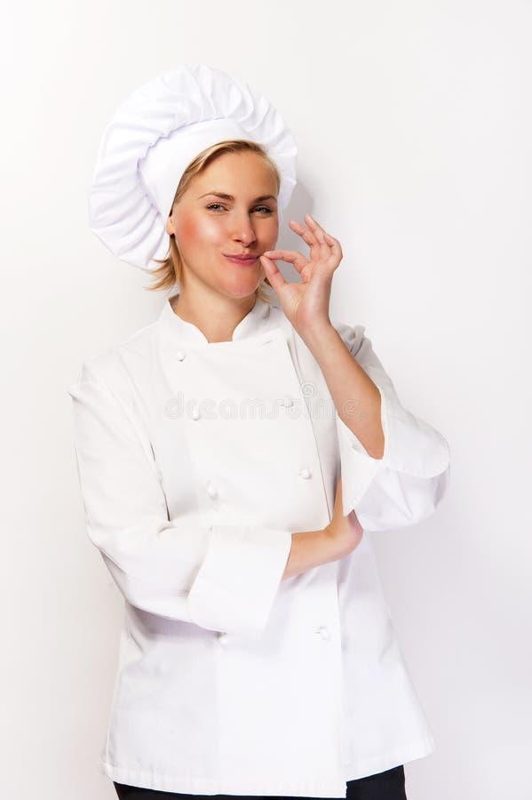 Vrouwenchef-kok in kokuitrusting die perfect teken tonen en bij ca glimlachen royalty-vrije stock foto