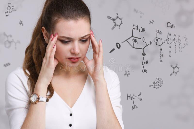 Vrouwenchemicus die met chemische formules aan grijze achtergrond werken royalty-vrije stock afbeeldingen