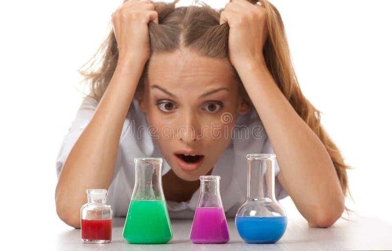 Vrouwenchemicus en chemische producten in flessen royalty-vrije stock foto
