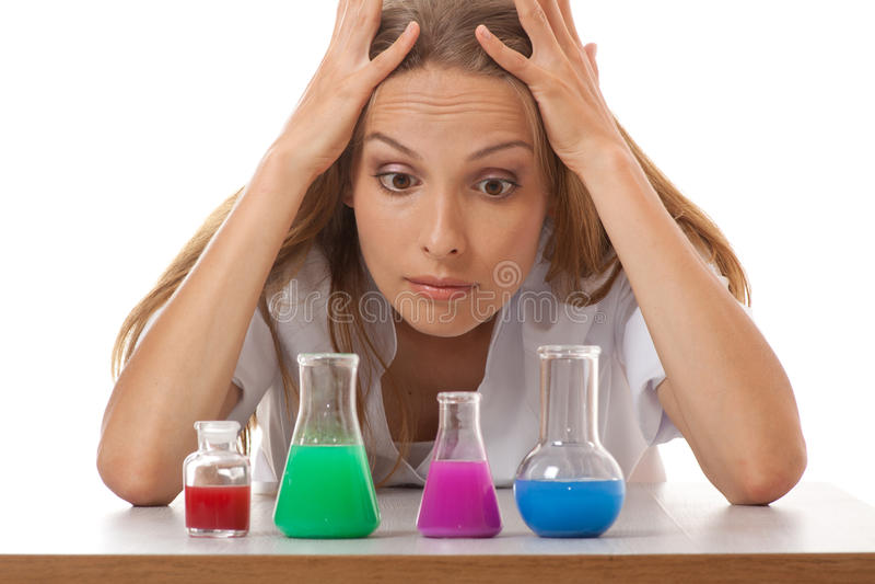 Vrouwenchemicus en chemische producten in flessen stock afbeeldingen