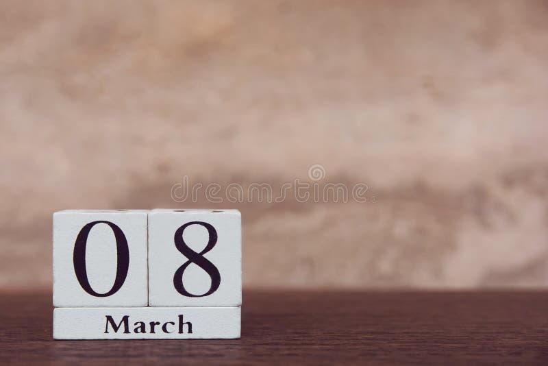 Vrouwendag met 8 Maart-kubus van het kalender de houten blok met aantal op houten achtergrond van de lijst de donkere plank met e royalty-vrije stock foto