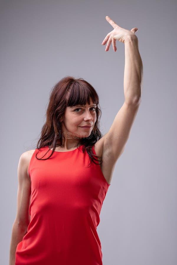 Vrouwendiva het gesturing met haar hand stock afbeeldingen
