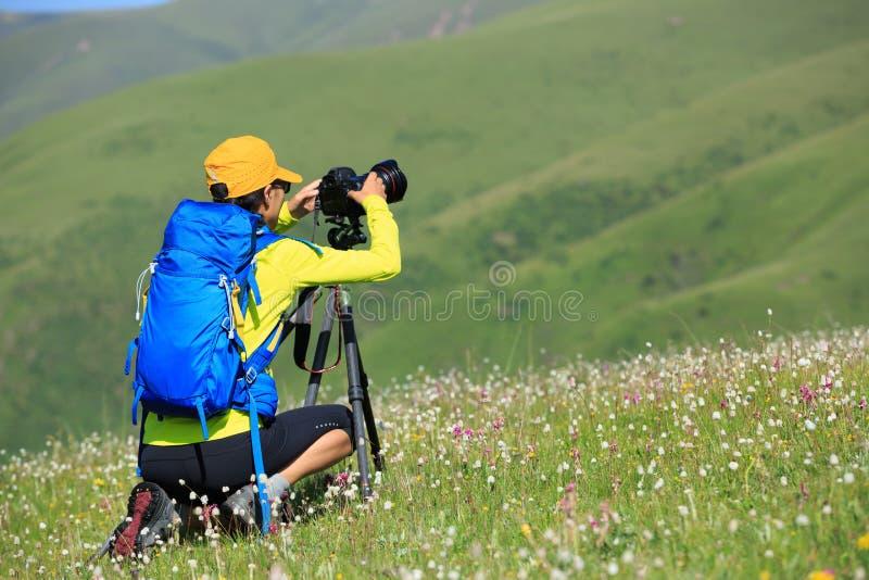 vrouwenfotograaf die foto in openlucht fotograaf nemen die foto in openlucht nemen stock fotografie