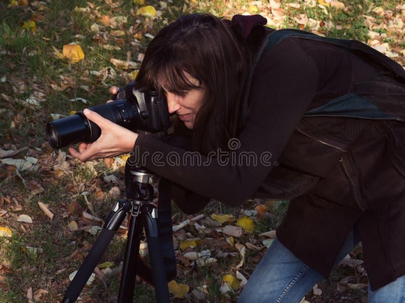 Vrouwenfotograaf met digitale camera openlucht stock fotografie