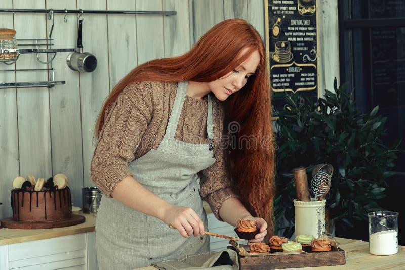 Vrouwengebakje in de keuken stock afbeeldingen