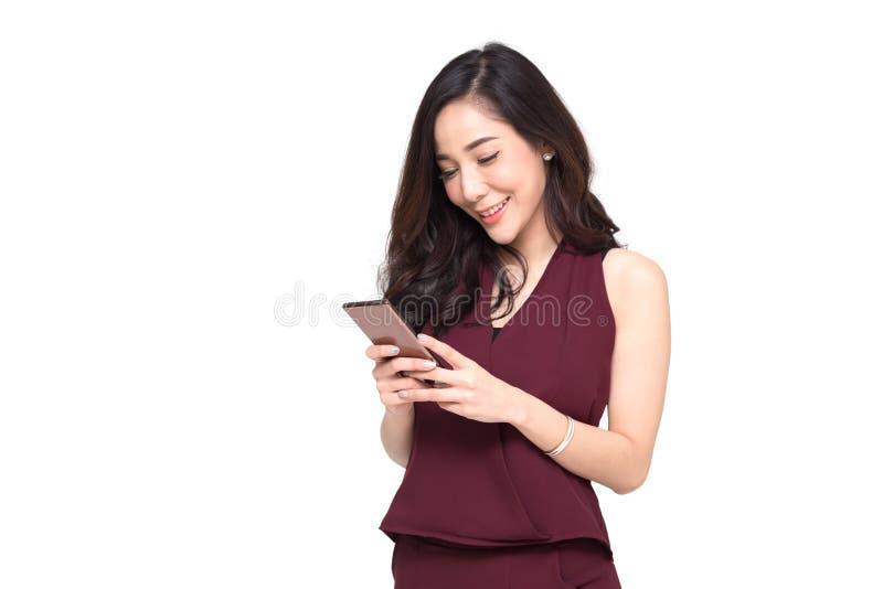 Vrouwengebruik van cellphone op witte achtergrond wordt geïsoleerd die, stock afbeeldingen