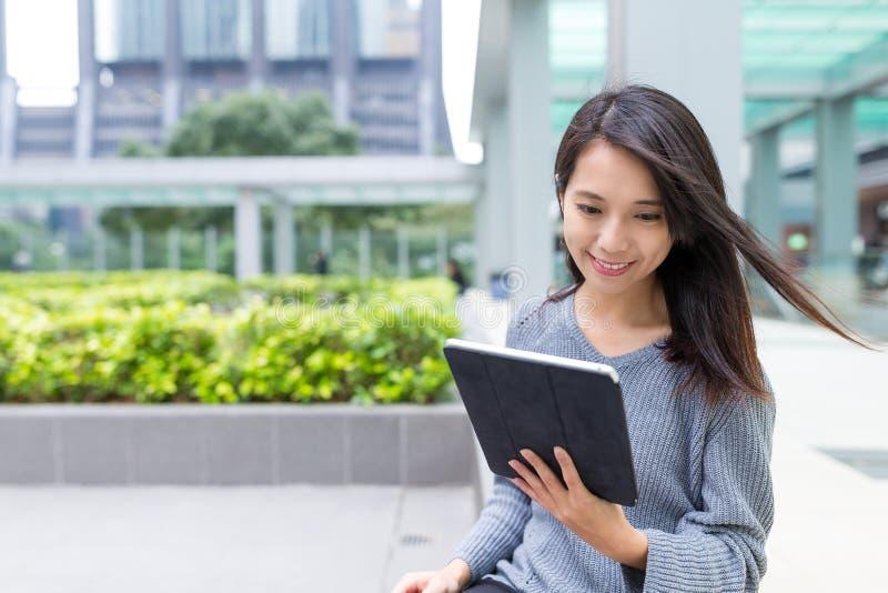 Vrouwengebruik van tabletcomputer bij Hong Kong-stad royalty-vrije stock foto's