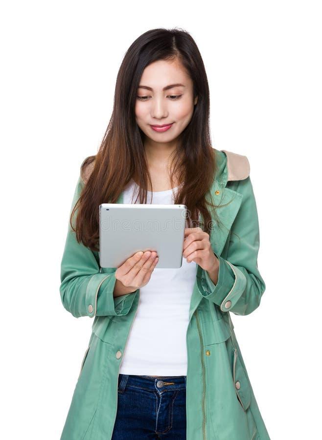 Vrouwengebruik van tabletpc royalty-vrije stock fotografie