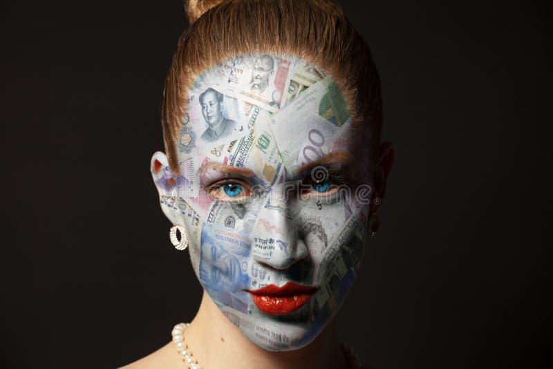 Vrouwengezicht met geldtextuur royalty-vrije stock afbeeldingen