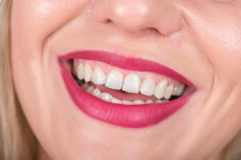 Vrouwengezicht met Lach Witte Tanden en Rode Lippenstift in Gebruik De spruit van de studiofoto stock foto's