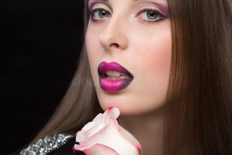 Vrouwengezicht met lilac Lippen en Rose Flower royalty-vrije stock fotografie