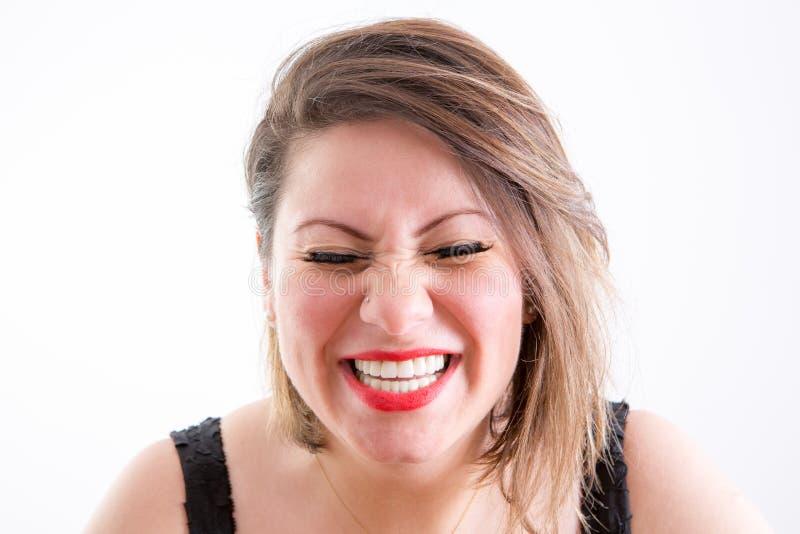 Vrouwengezicht in Toothy Lach met Gesloten Ogen stock fotografie