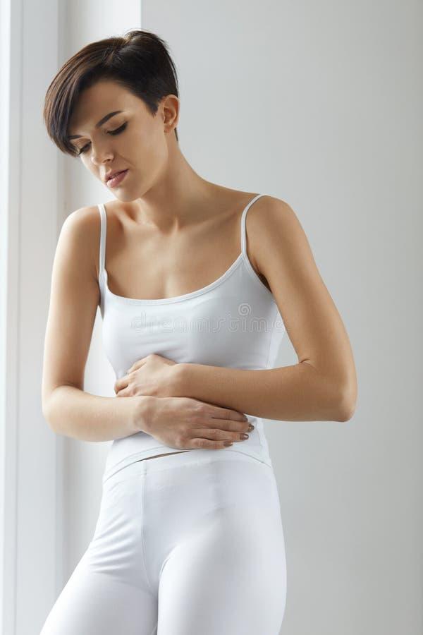 Vrouwengezondheid Mooi Wijfje die Pijn in Maag voelen stock afbeelding