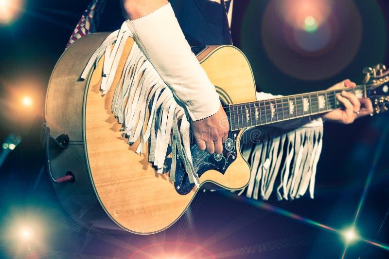 Vrouwengitarist stock afbeelding