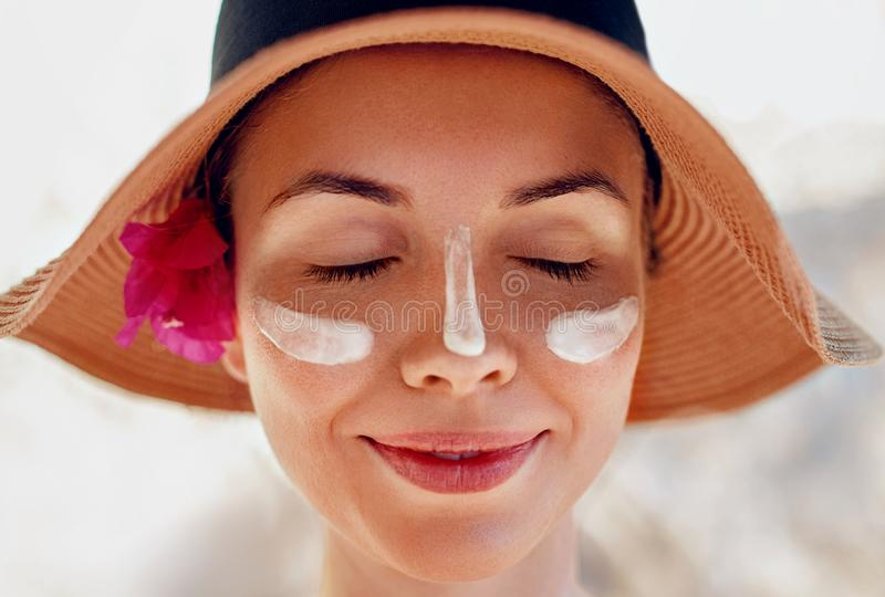 Vrouwenglimlach die zonroom op gezicht toepassen Skincare De bescherming van de lichaamszon zonnescherm royalty-vrije stock afbeeldingen