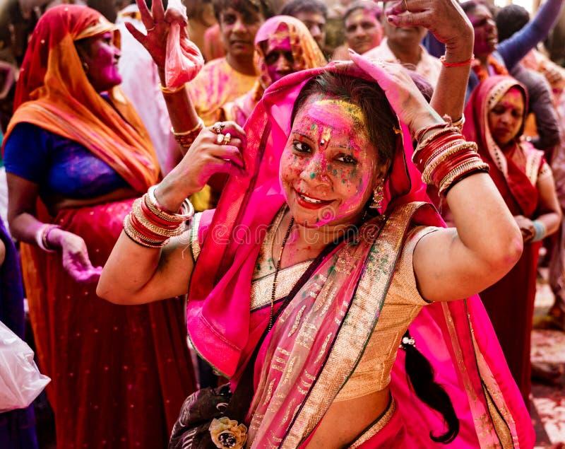 Vrouwenglimlachen terwijl behandeld in verf tijdens Holi-Festival in Indi royalty-vrije stock foto's