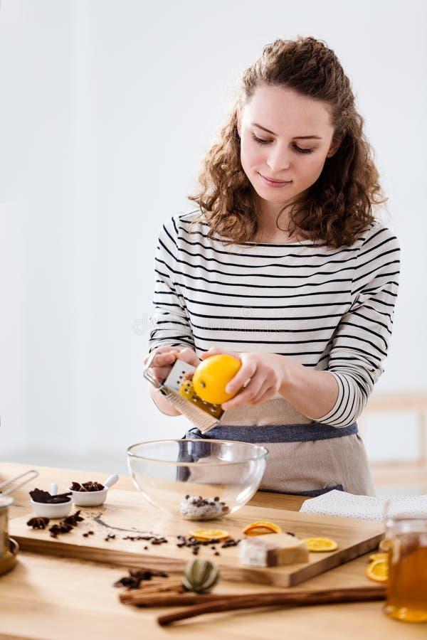 Vrouwengrating citroenhuid royalty-vrije stock fotografie