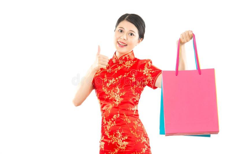 Vrouwengreep het winkelen zak en duim omhoog royalty-vrije stock foto