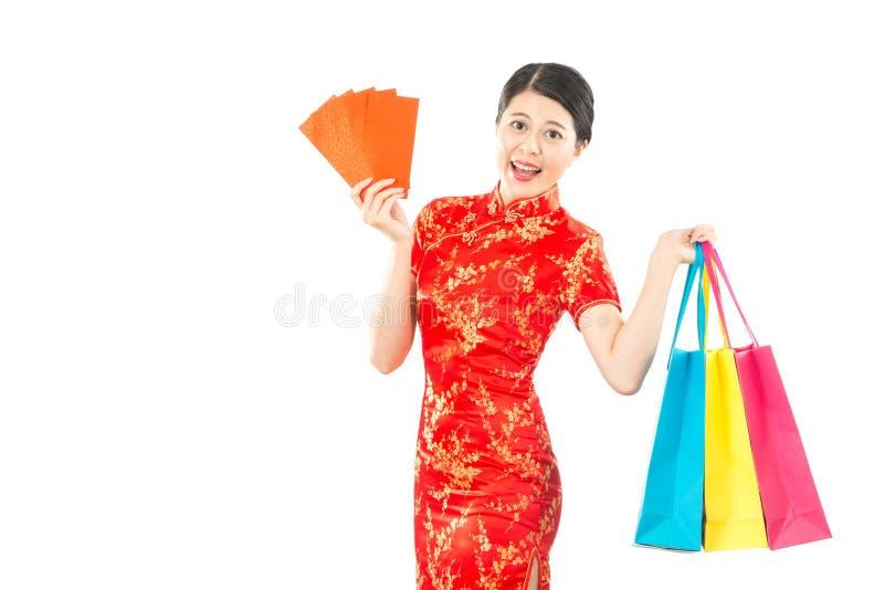 Vrouwengreep het winkelen zak en gelukkig geld stock foto's