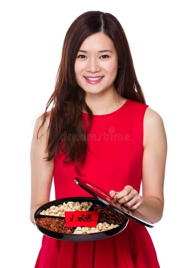 Vrouwengreep met geassorteerd snackdienblad royalty-vrije stock foto's