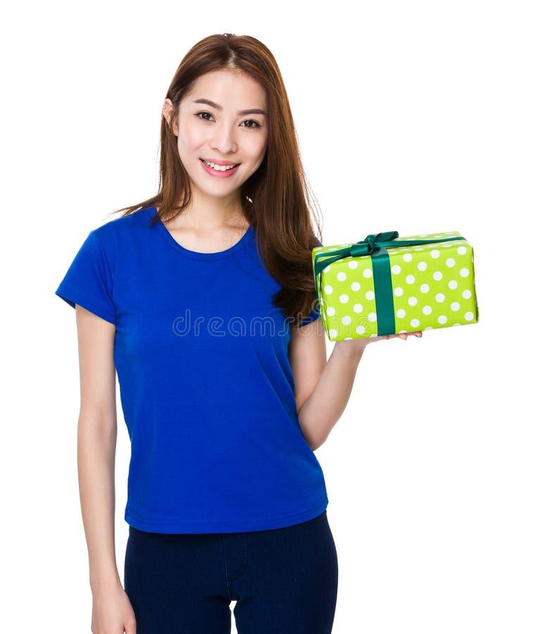 Vrouwengreep met giftbox royalty-vrije stock afbeeldingen