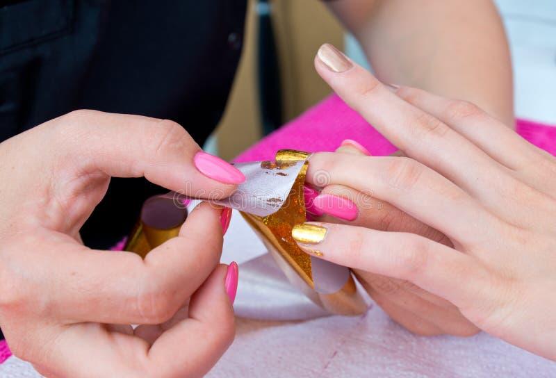 Vrouwenhand bij de manicure royalty-vrije stock fotografie