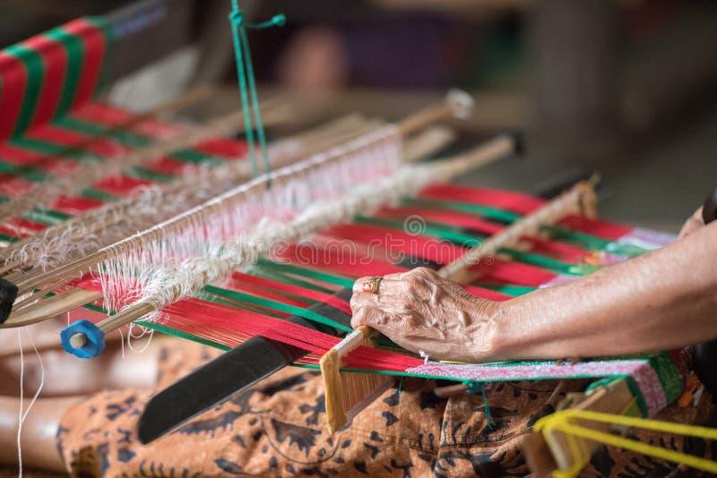 Vrouwenhand die bij weefgetouw dicht uitwerken royalty-vrije stock afbeelding