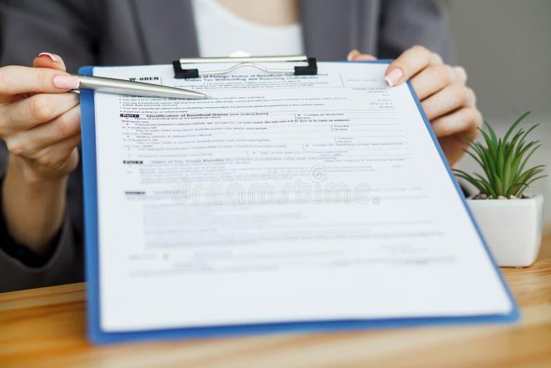 Vrouwenhand die of in een document schrijven ondertekenen royalty-vrije stock foto