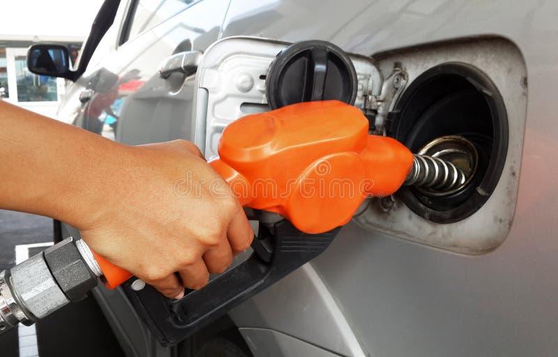 Download Vrouwenhand Die Gas Opnieuw Vullen Aan Auto Met Brandstof Stock Foto - Afbeelding bestaande uit generatie, macht: 39101414
