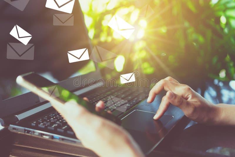 Vrouwenhand die smartphone gebruiken om e-mail voor zaken te verzenden en te ontvangen royalty-vrije stock afbeelding