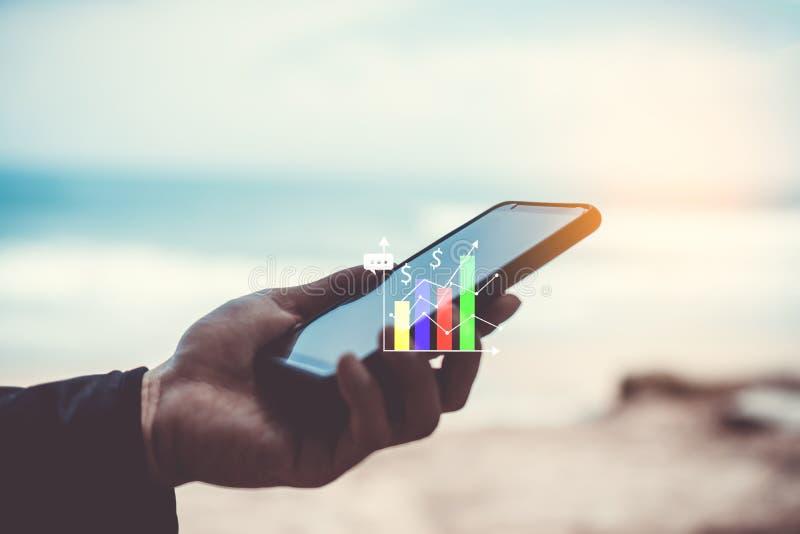 Vrouwenhand die smartphone of tablet gebruiken om industrie, financiële of handelvoorraadforex markt in de wegbackgrou van de par royalty-vrije stock afbeeldingen