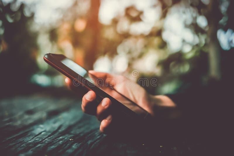 Vrouwenhand die smartphone of tablet gebruiken om zaken te doen stock afbeeldingen