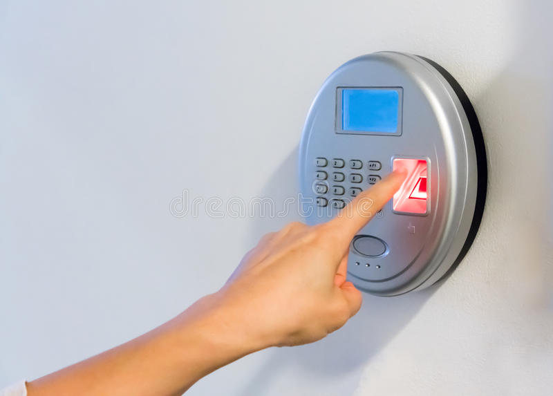 Vrouwenhand die zilveren biometrisch aftasten met rode vingerafdruk gebruiken sens stock foto's