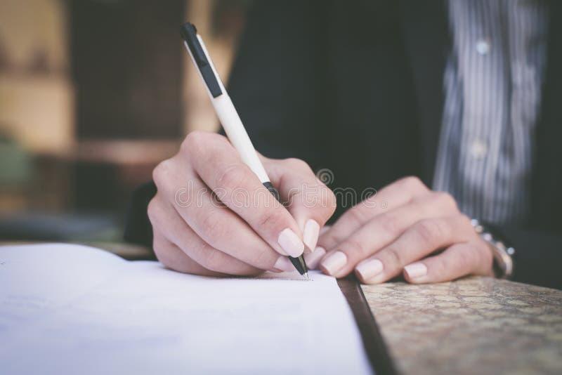 Vrouwenhand het schrijven Sluit omhoog stock fotografie
