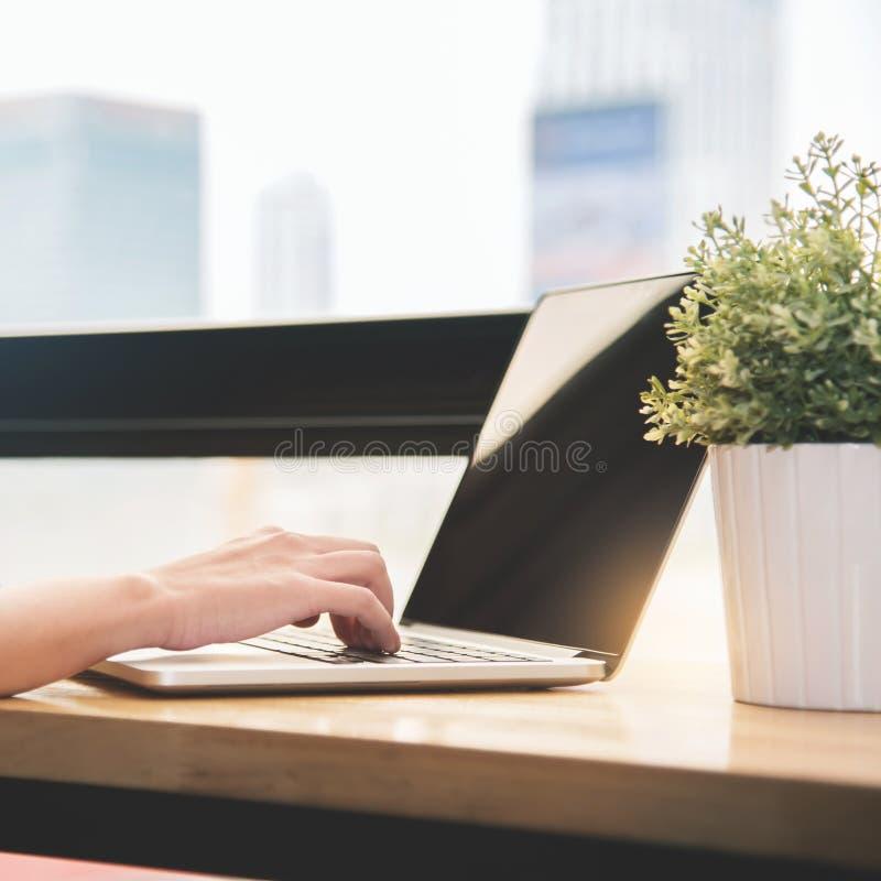 Vrouwenhand het typen op laptop op het haar werk stock foto's