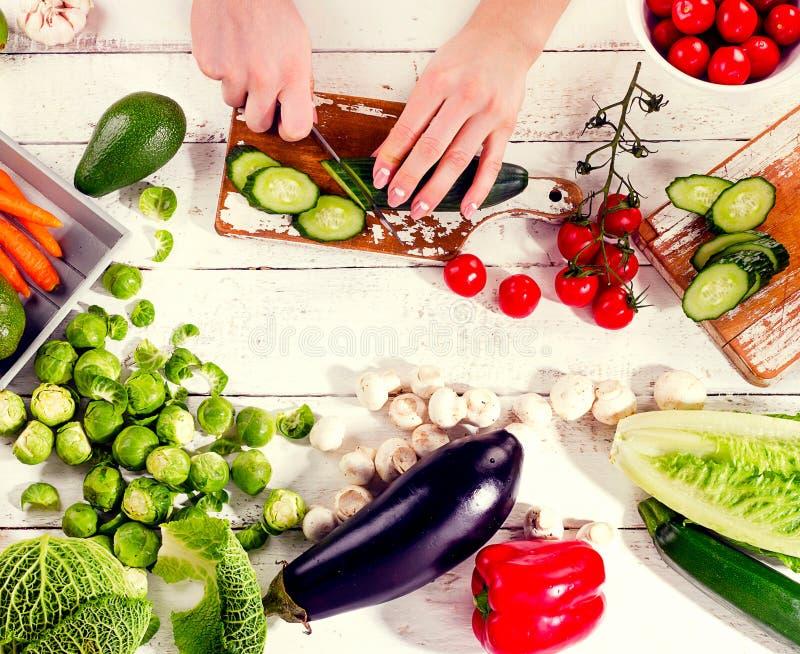 Vrouwenhand met geroosterde garnalen Gezond het Eten Concept royalty-vrije stock afbeelding