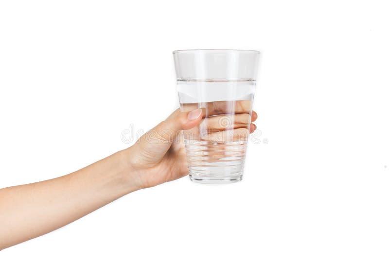 Vrouwenhand met glas water op witte achtergrond wordt geïsoleerd die stock foto's