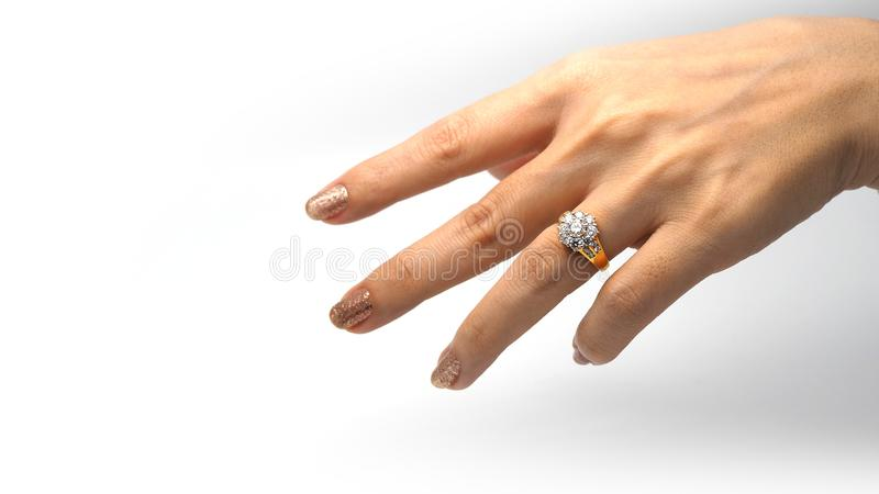 Vrouwenhand met gouden diamantring stock foto