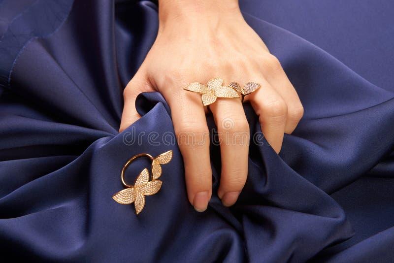 Vrouwenhand met mooie gouden ring met kostbare halfedelsteen stock afbeeldingen