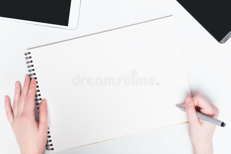 Vrouwenhand met pen op een witte achtergrond Model royalty-vrije stock foto's