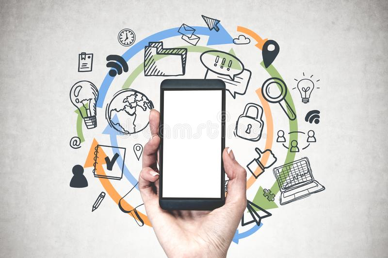 Vrouwenhand met telefoon, wifipictogrammen stock afbeelding