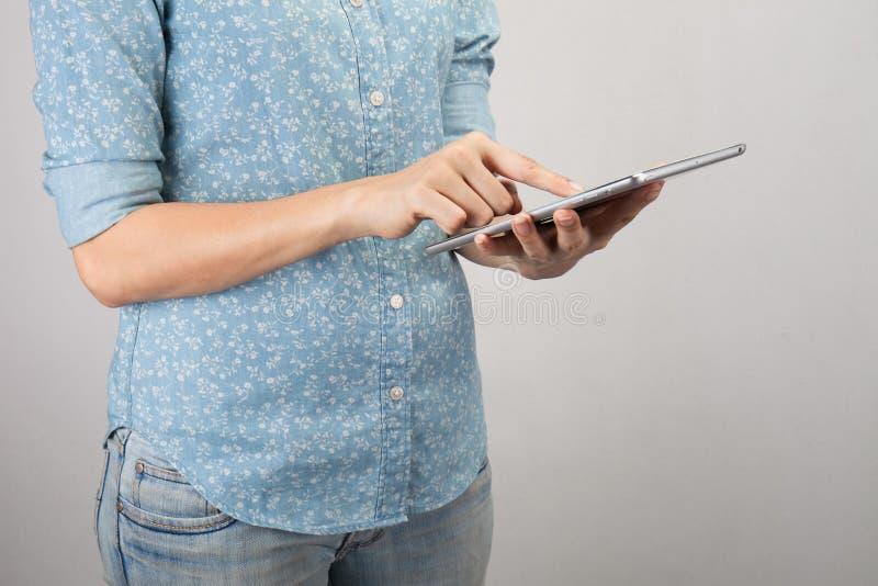 Vrouwenhand op tabletpc, toegang voor knowlwdge stock fotografie