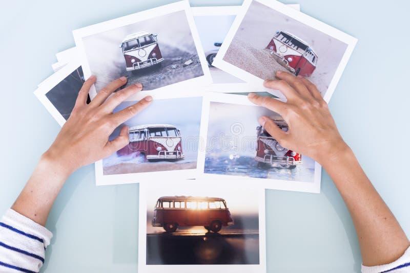 Vrouwenhanden die beelden kiezen royalty-vrije stock foto