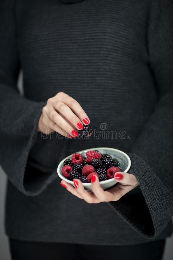 Download Vrouwenhanden Die Een Kom Van Frambozen En Braambessen, Sensueel Studioschot Houden Stock Foto - Afbeelding bestaande uit voedsel, gezond: 107701152