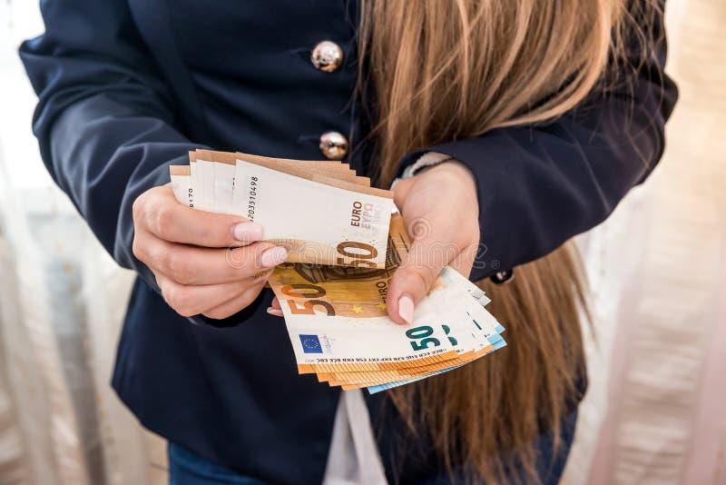 Vrouwenhanden die euro bankbiljetten tellen stock afbeeldingen
