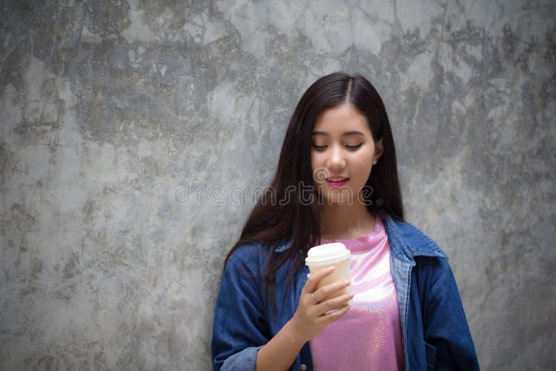 Vrouwenhanden die koffiemok of kop houden jonge gelukkige vrouwelijke drank royalty-vrije stock foto's